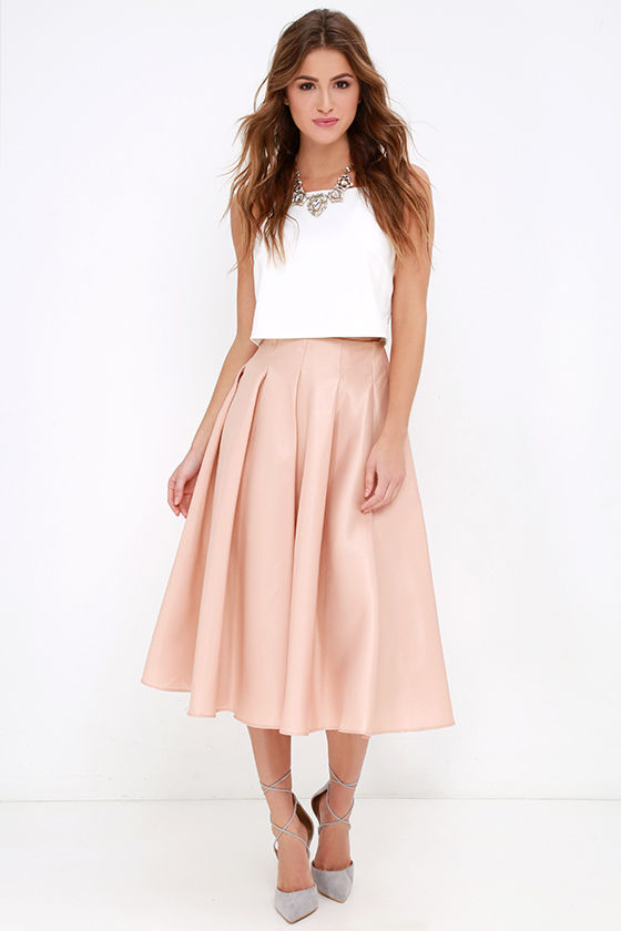 Contrary and yet combinable: midi skirts and streetwear
